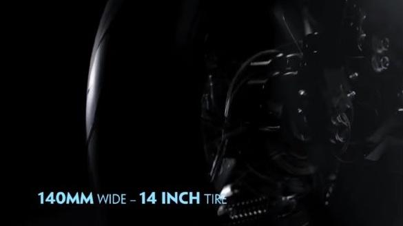 Lốp rộng 140 mm và có đường kính 14 inch