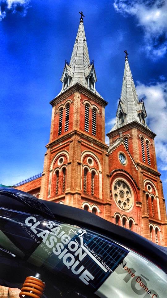 Điểm nhấn thứ 2 trên chiếc Honda Sh150i nhập khẩu từ Ý là dàn áo được sơn airbrush với họa tiết hình Nhà thờ Đức Bà và chợ Bến Thành. Đây là 2 công trình kiến trúc có lịch sử hơn 100 năm và được coi như biểu tượng của Tp. Hồ Chí Minh.