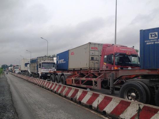 Lái xe đông lạnh khóc ở khu vực cảng Cát Lái - Ảnh 1.