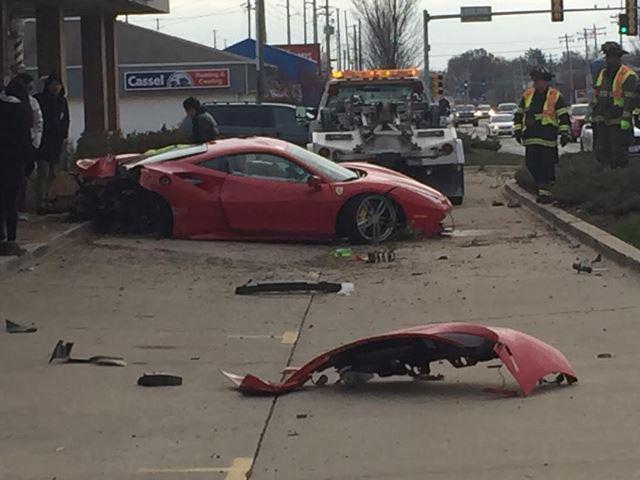 Ferrari 488 GTB hư hỏng nặng sau vụ tai nạn.