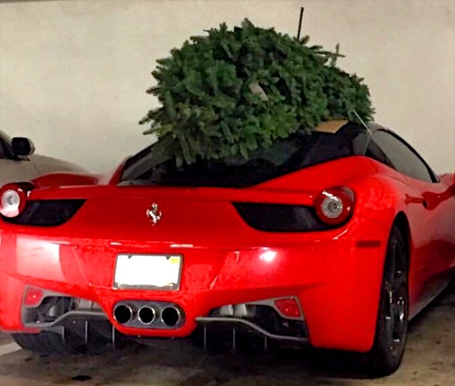 Choáng với màn vận chuyển cây Giáng sinh bằng siêu xe Ferrari 458 Italia - Ảnh 2.
