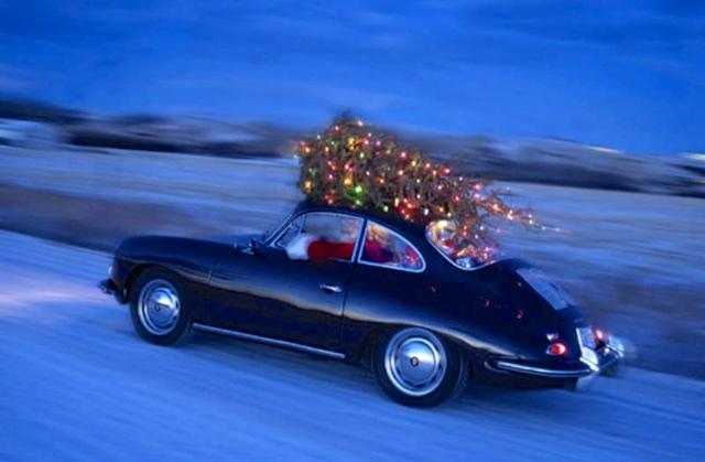 Choáng với màn vận chuyển cây Giáng sinh bằng siêu xe Ferrari 458 Italia - Ảnh 8.