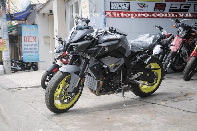 MT-10 khi ra mắt tại triển lãm EICMA 2015 vào cuối tháng 11 được xem là anh cả trong gia đình nhà MT-Series của Yamaha và là phiên bản naked bike của siêu mô tô đình đám YZF-R1.