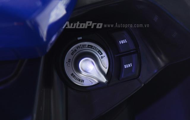 Ở bản cao cấp, Yamaha NVX 155 được tích hợp chìa khóa thông minh tương tự các dòng xe tay ga cao cấp. Kết hợp với đó là một ổ khóa thông minh khá tiện lợi. Hai nút bên cạnh là mở nắp bình xăng và yên.