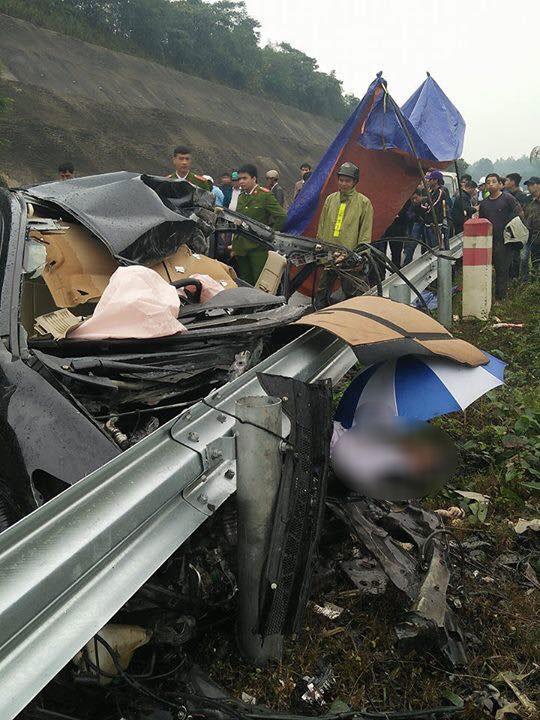 Honda Civic đâm vào dải ta-luy, một giám đốc chi nhánh ngân hàng tử vong - Ảnh 2.