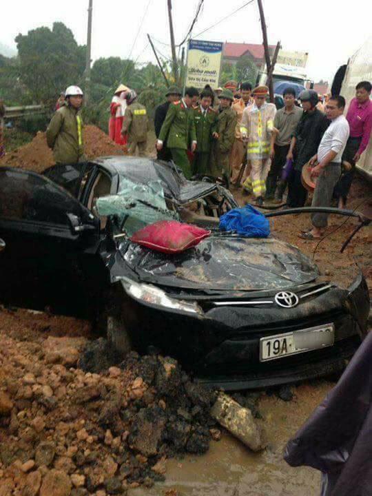 Phú Thọ: Toyota Vios bị xe container đè bẹp dúm, 3 người thương vong - Ảnh 3.