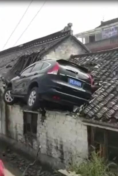 Tránh xe ba bánh, Honda CR-V lao thẳng lên nóc nhà bên đường - Ảnh 2.