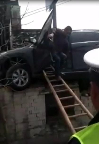 Tránh xe ba bánh, Honda CR-V lao thẳng lên nóc nhà bên đường - Ảnh 3.
