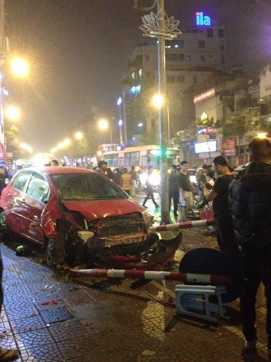 Toyota Yaris gây tai nạn liên hoàn tại Hà Nội, ít nhất 6 người bị thương - Ảnh 1.