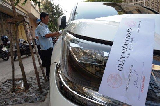 Chuyên cơ mặt đất Lexus LX570 2016 bị đưa về phường vì lấn chiếm vỉa hè - Ảnh 2.