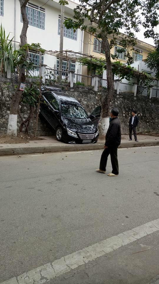 Lào Cai: Lùi quá đà, Toyota Camry gác đuôi lên bức tường - Ảnh 3.