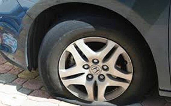 Chạy xe lốp cũ nát: Tử thần rình rập mỗi vòng quay - Ảnh 1.