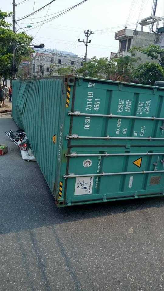 Nam Định: Xe container lật ngang, đè nát Toyota Yaris, ít nhất 2 người tử vong - Ảnh 1.