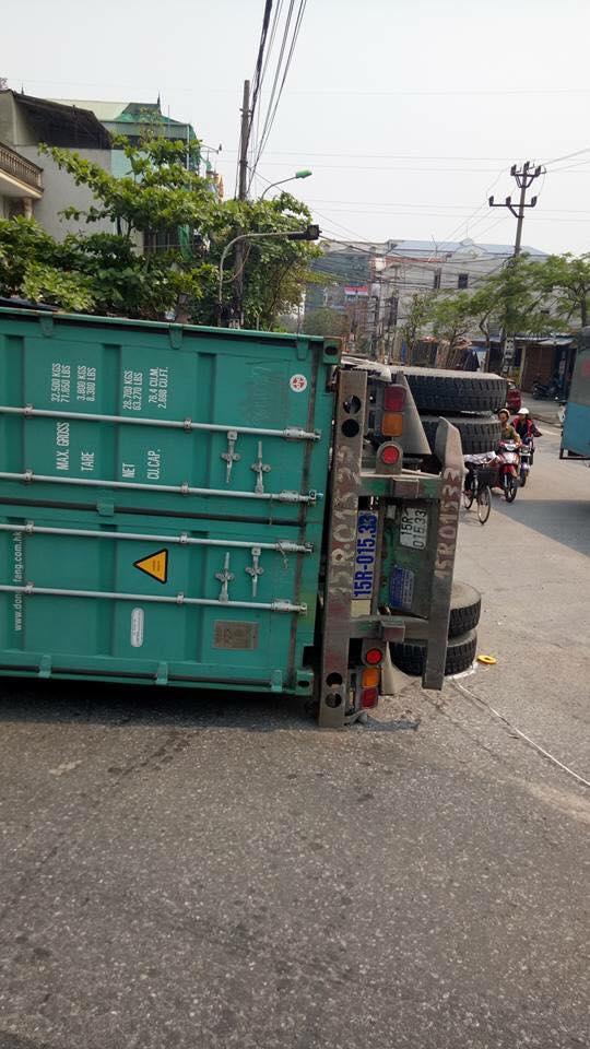 Nam Định: Xe container lật ngang, đè nát Toyota Yaris, ít nhất 2 người tử vong - Ảnh 4.