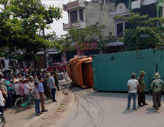Nam Định: Xe container lật ngang, đè nát Toyota Yaris, ít nhất 2 người tử vong - Ảnh 2.