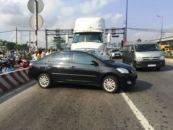 Nữ tài xế la hét trong ôtô bị container húc xoay ngang thân ở Sài Gòn - Ảnh 1.