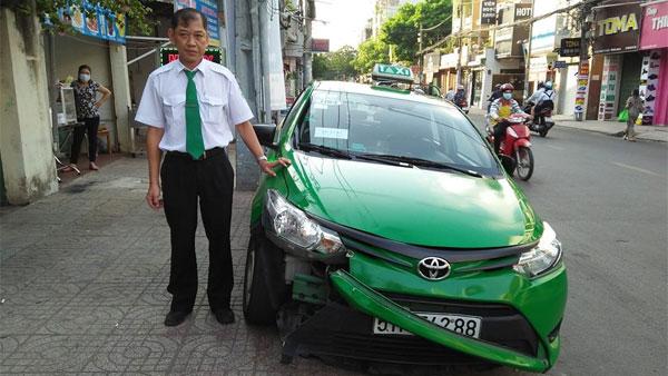 Xem khoảnh khắc taxi Mai Linh lao lên vỉa hè, chặn đối tượng cướp giật túi xách tại Sài Gòn - Ảnh 4.