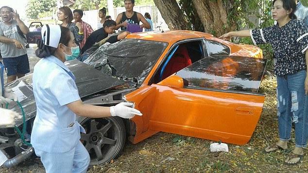 Sư thầy Thái Lan phá nát chiếc xe thể thao mượn của bạn - Ảnh 2.