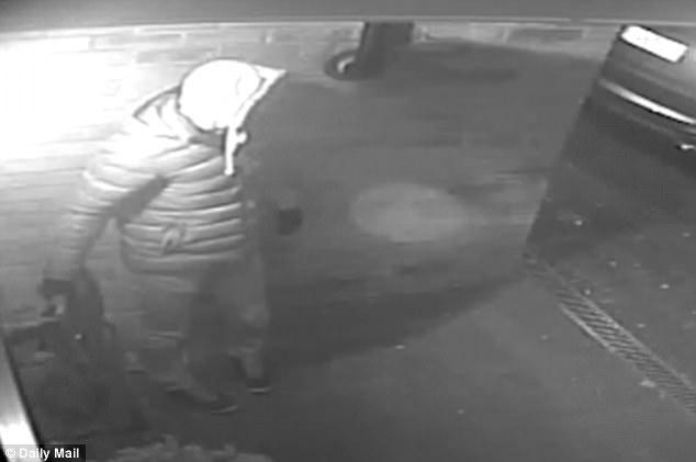 Video kẻ gian ăn trộm BMW X5 dễ như ăn kẹo khiến nhiều người ngỡ ngàng - Ảnh 2.