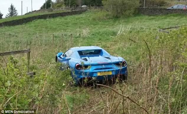 Ferrari 488 Spider màu xanh dương giống xe ở Việt Nam bị bỏ rơi giữa cánh đồng - Ảnh 1.