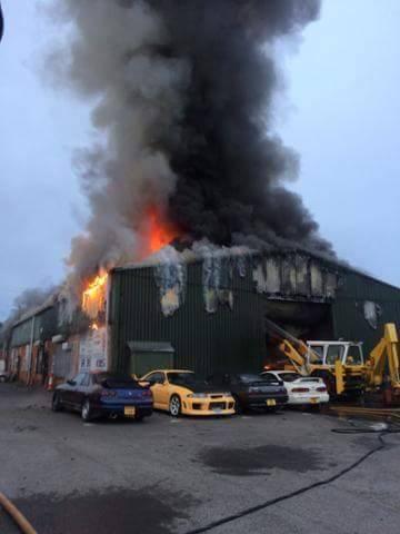 Gara ô tô bốc cháy ngùn ngụt, siêu xe Nissan GT-R trơ khung - Ảnh 1.