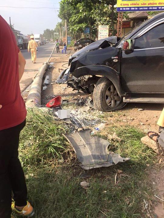 Bắc Giang: Toyota Fortuner đâm xe máy và hạ gục cột điện, 1 người tử vong - Ảnh 4.