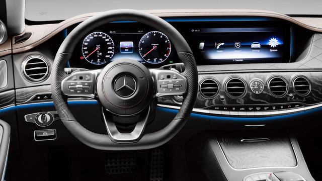 Xe sang Mercedes-Benz S-Class bốc cháy dưới cái nắng mùa hè - ảnh 4