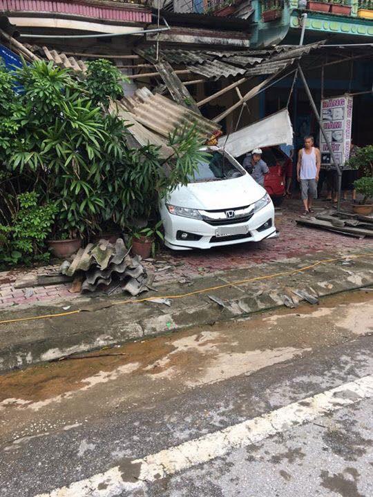 Yên Bái: Honda City do mợ cầm lái lùi vào nhà bên đường, bẹp dúm đuôi xe - Ảnh 1.