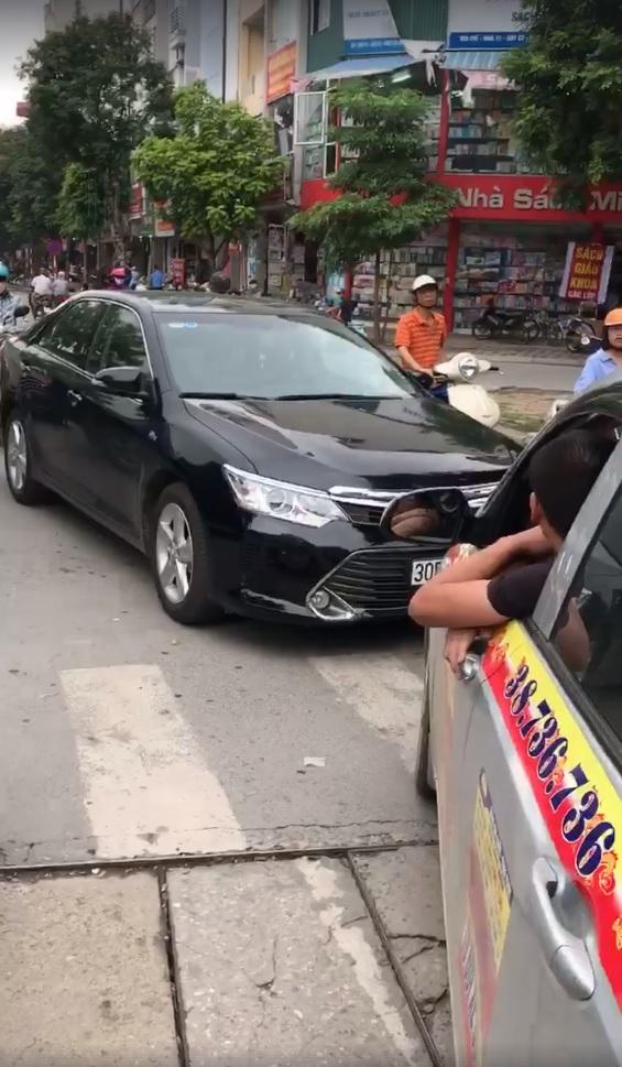 Hà Nội: Toyota Camry chạy lấn làn, bị xe taxi ép phải lùi lại - Ảnh 2.