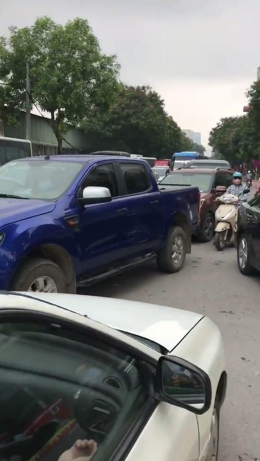 Hà Nội: Toyota Camry chạy lấn làn, bị xe taxi ép phải lùi lại - Ảnh 3.