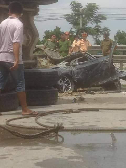 Nam Định: Xe ben chở đất đá lật ngang, đè bẹp Toyota Corolla chạy cùng chiều - Ảnh 2.