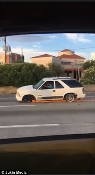 Choáng với xe SUV chạy băng băng trên đường dù mất bánh trước và lốp sau - Ảnh 2.