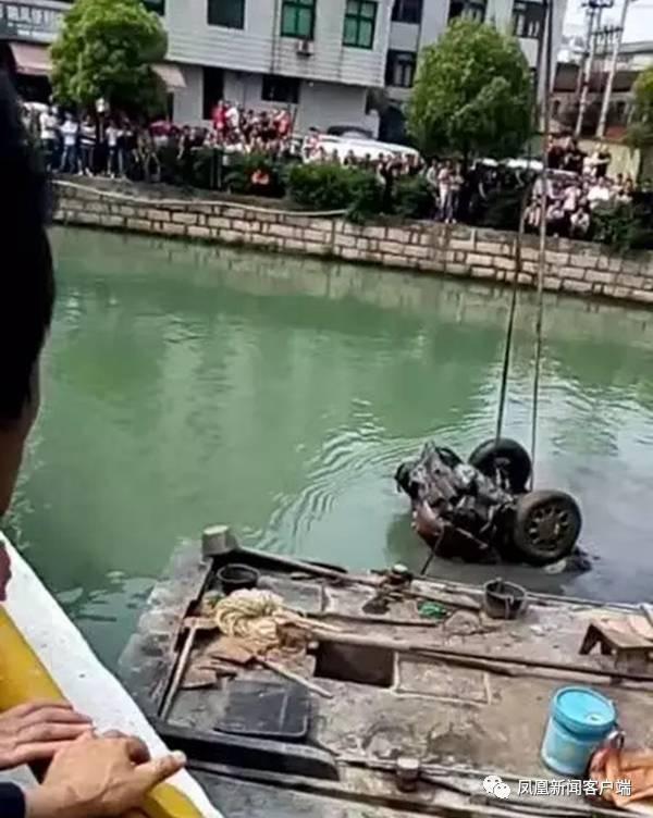 Tìm thấy thi thể 2 người đàn ông mất tích 15 năm trong chiếc ô tô được trục vớt từ dưới lòng sông - Ảnh 1.