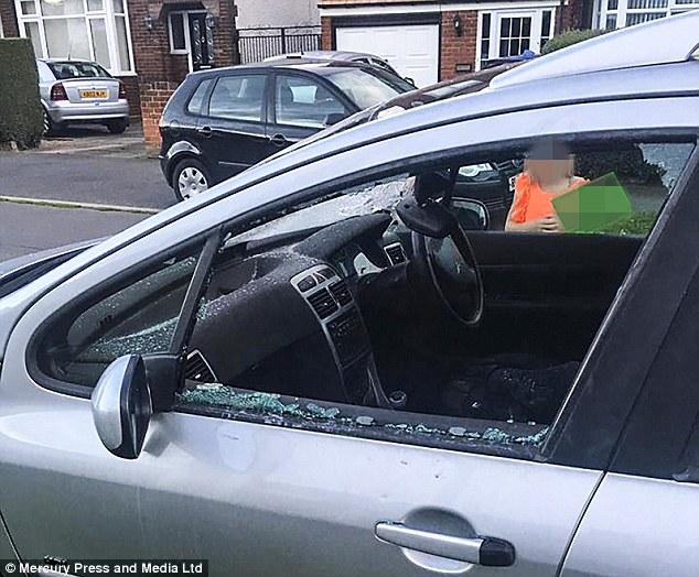 Hàng loạt ô tô đỗ hai bên đường bị đập phá vì chủ nhân tiếc tiền gửi xe trong sân bay khi đi nghỉ hè - Ảnh 7.