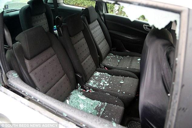 Hàng loạt ô tô đỗ hai bên đường bị đập phá vì chủ nhân tiếc tiền gửi xe trong sân bay khi đi nghỉ hè - Ảnh 9.