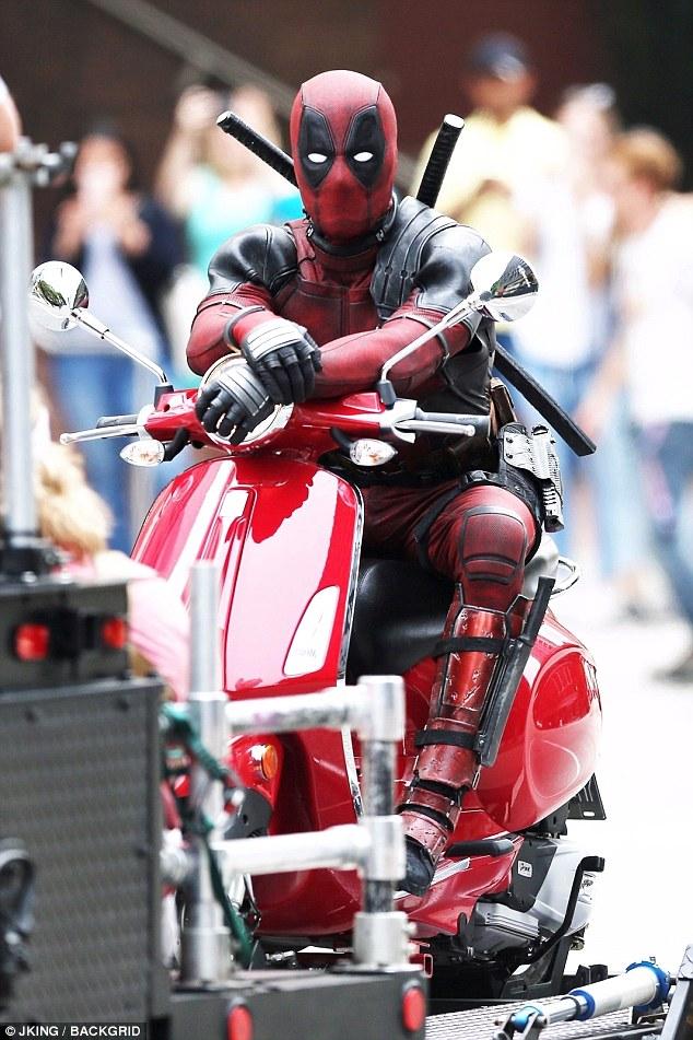 Nam tài tử Ryan Reynolds giả vờ điều khiển Vespa Primavera như thật trên phim trường Deadpool 2 - Ảnh 1.