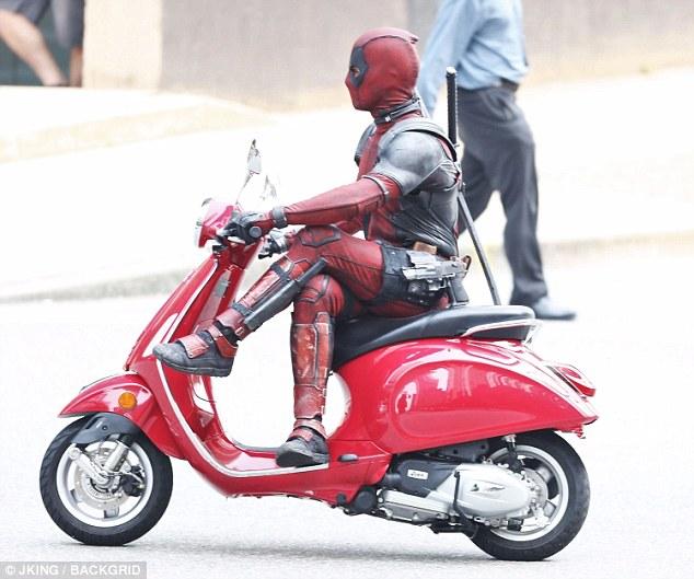 Nam tài tử Ryan Reynolds giả vờ điều khiển Vespa Primavera như thật trên phim trường Deadpool 2 - Ảnh 4.