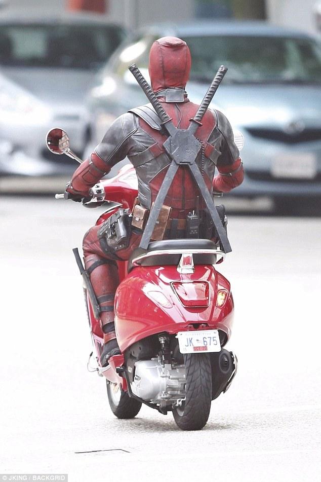Nam tài tử Ryan Reynolds giả vờ điều khiển Vespa Primavera như thật trên phim trường Deadpool 2 - Ảnh 5.
