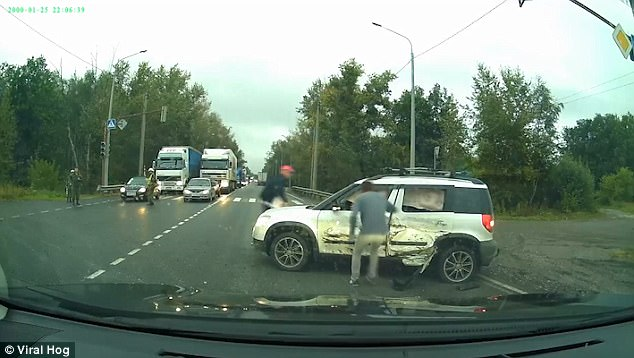 Ôm cua quá đà, xe tăng bọc thép văng đuôi trúng ô tô của người dân rồi bỏ đi - Ảnh 3.