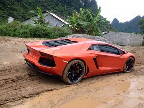 Xem cảnh siêu xe Lamborghini Huracan chật vật vượt qua con đường đất gập ghềnh - Ảnh 3.