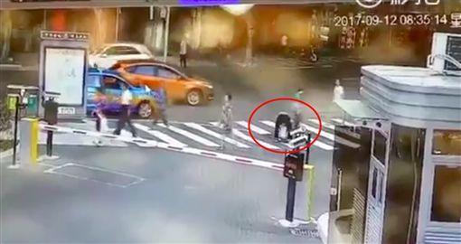 Video hai bà cháu đứng trên vạch kẻ dành cho người đi bộ bị ô tô cuốn vào gầm gây tranh cãi - Ảnh 2.