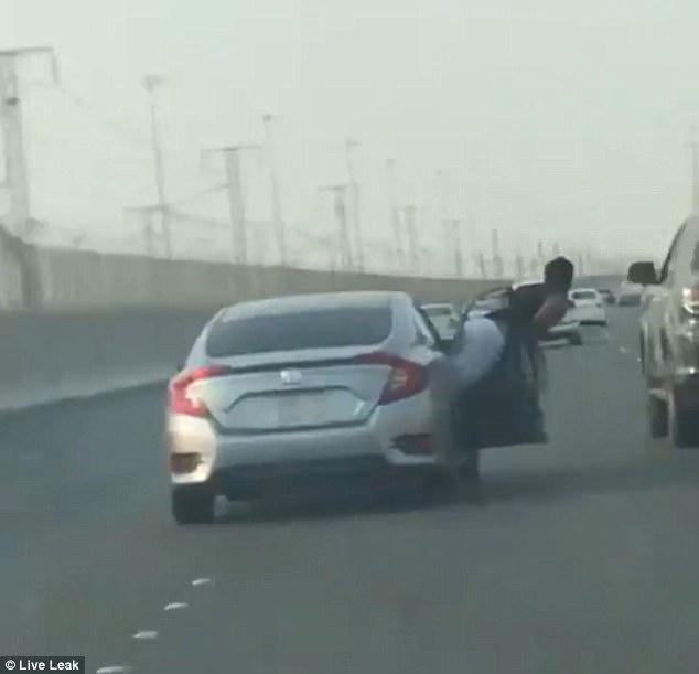 Thanh niên nhận cái kết đắng khi nhoài người ra khỏi Honda Civic để đấm tài xế Toyota Fortuner - Ảnh 2.