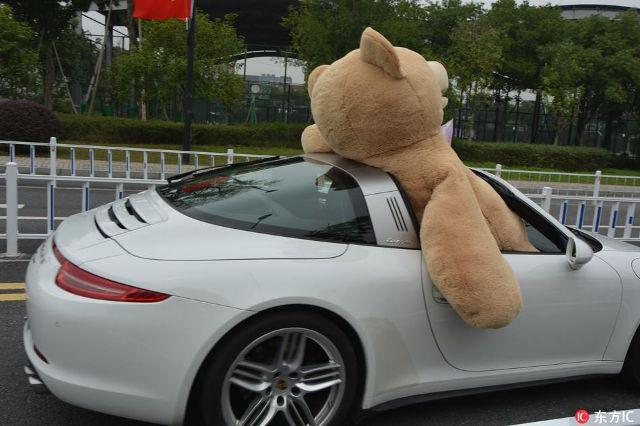 Thiếu gia lái Porsche 911 Targa, chở theo gấu bông cao 2,5 m đi tỏ tình với bạn gái và cái kết - Ảnh 2.