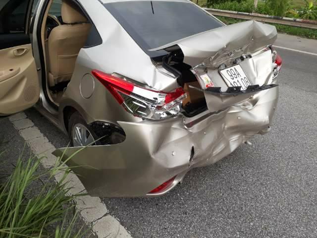 Toyota Vios biến dạng sau tai nạn, cư dân mạng ngao ngán - Ảnh 2.