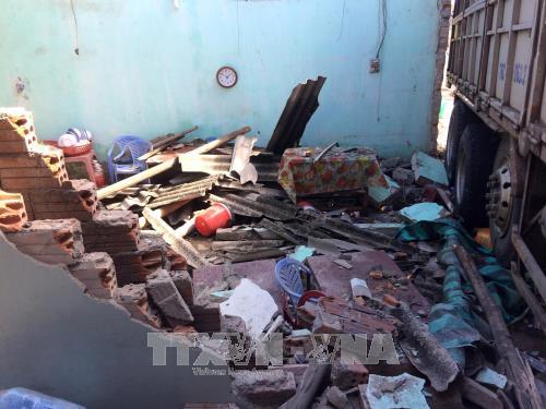 Quảng Ngãi: Xe tải mất lái tông sập 4 nhà dân - Ảnh 1.