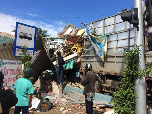 Quảng Ngãi: Xe tải mất lái tông sập 4 nhà dân - Ảnh 3.