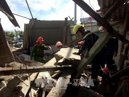 Quảng Ngãi: Xe tải mất lái tông sập 4 nhà dân - Ảnh 2.