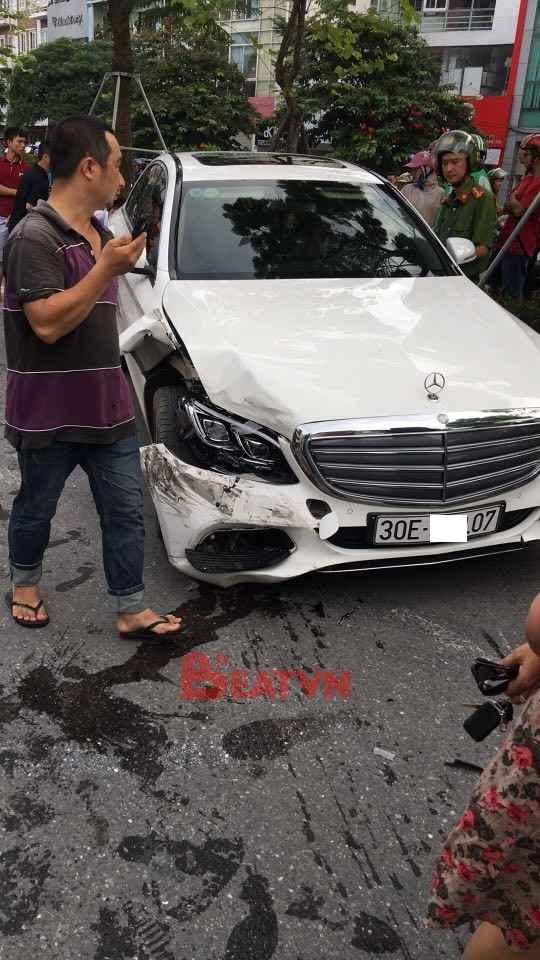 Hà Nội: Lái Mercedes-Benz C250 gây tai nạn liên hoàn, tài xế cố thủ trong xe - Ảnh 4.