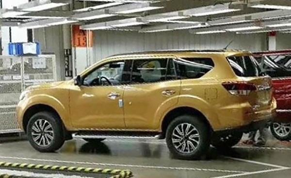 SUV 7 chỗ Nissan Paladin 2018 - khắc tinh của Toyota Fortuner - lộ diện trong nhà máy - Ảnh 1.