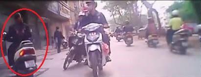 Video tai nạn xe máy tại Hà Nội khiến cư dân mạng tranh cãi - Ảnh 3.